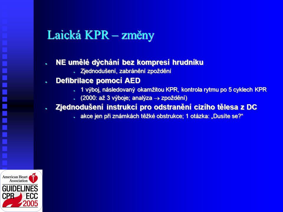 """Laická KPR – změny ● NE umělé dýchání bez kompresí hrudníku ● Zjednodušení, zabránění zpoždění ● Defibrilace pomocí AED ● 1 výboj, následovaný okamžitou KPR, kontrola rytmu po 5 cyklech KPR ● (2000: až 3 výboje; analýza  zpoždění) ● Zjednodušení instrukcí pro odstranění cizího tělesa z DC ● akce jen při známkách těžké obstrukce; 1 otázka: """"Dusíte se"""