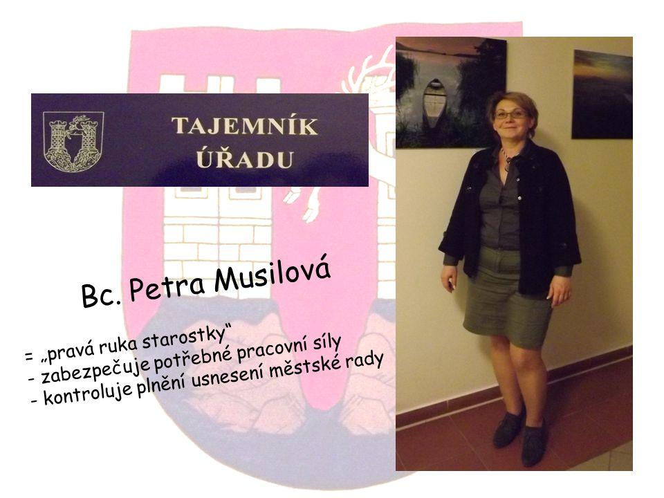 """Bc. Petra Musilová = """"pravá ruka starostky"""" - zabezpečuje potřebné pracovní síly - kontroluje plnění usnesení městské rady"""