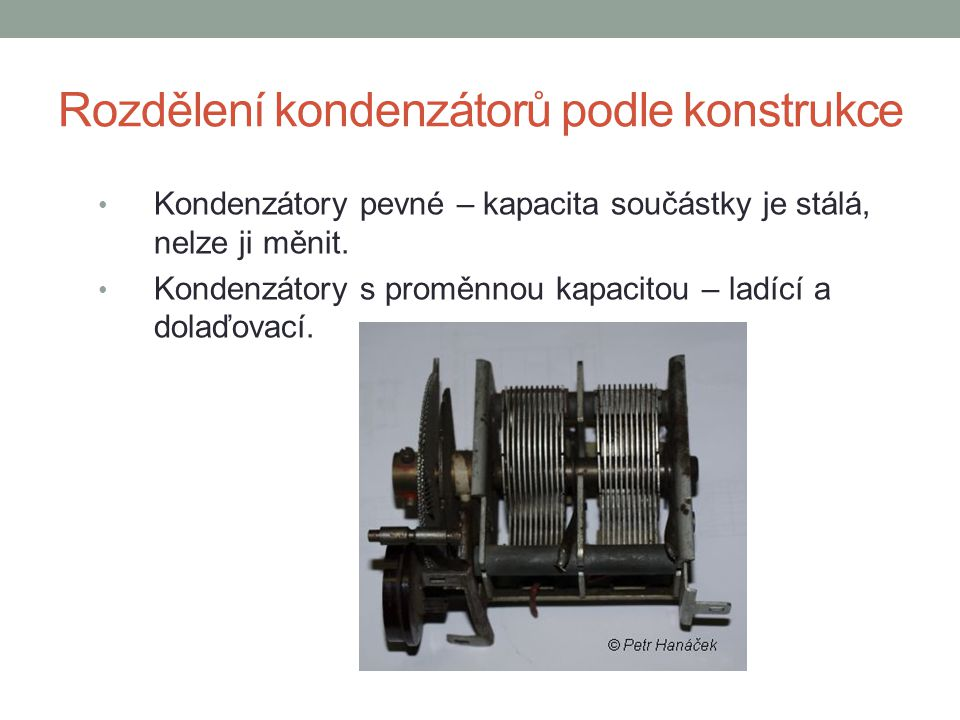 Jmenovitá kapacita kondenzátoru Je to výrobcem předpokládaná kapacita vyznačená na kondenzátoru.