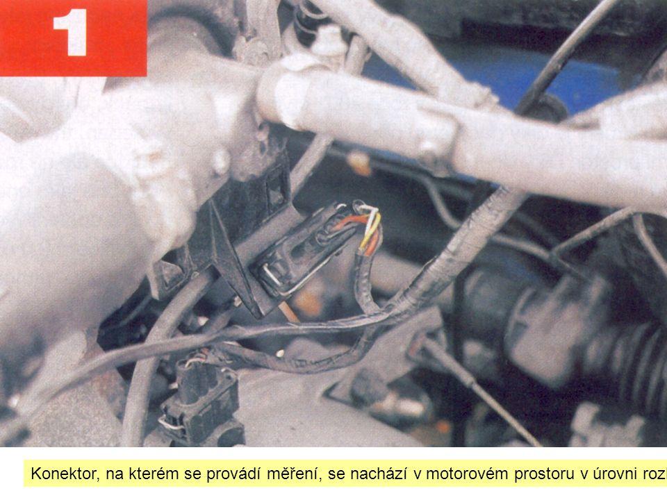 Konektor, na kterém se provádí měření, se nachází v motorovém prostoru v úrovni rozhraní mezi motorem a převodovkou.