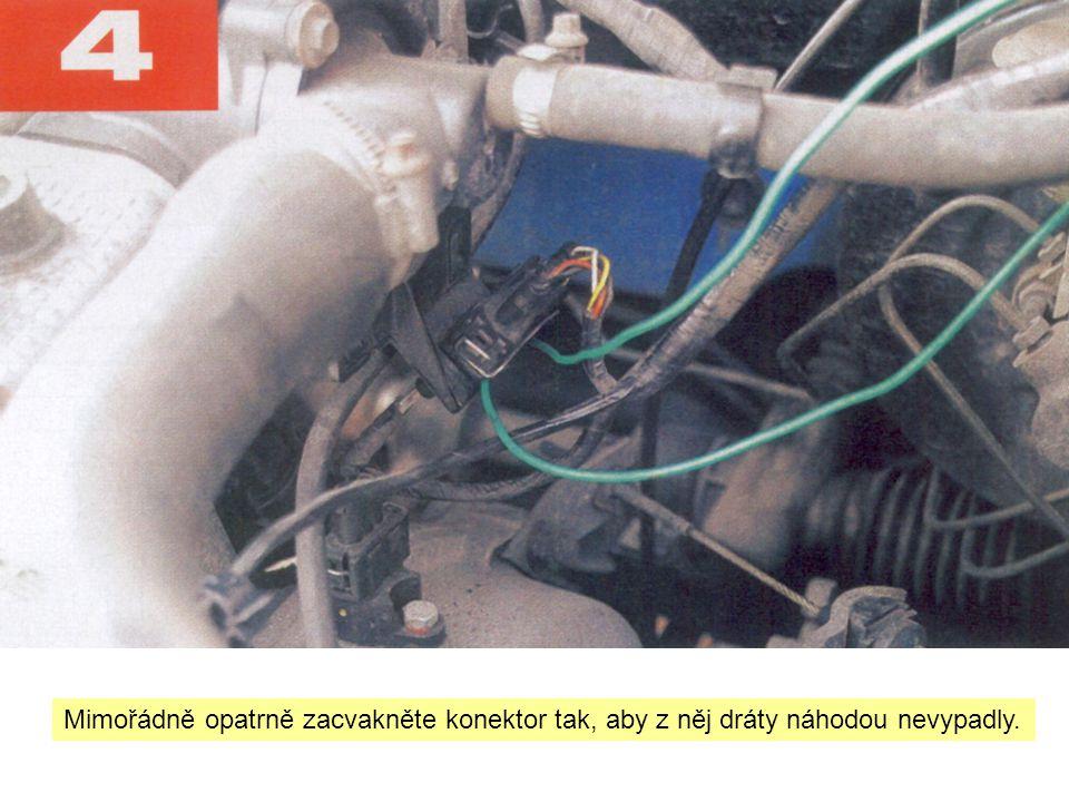Mimořádně opatrně zacvakněte konektor tak, aby z něj dráty náhodou nevypadly.