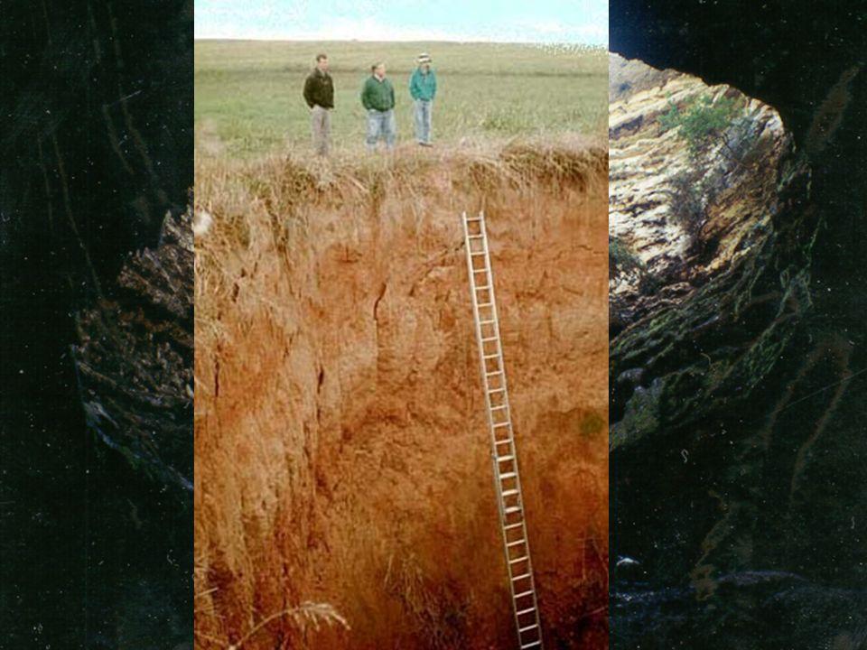 Geneze b) závrty řícené (též zvané zející) Vznikají propadnutím stropů podzemních prostor po jejich oslabení korozí a erozí, působící zevnitř jeskyně,