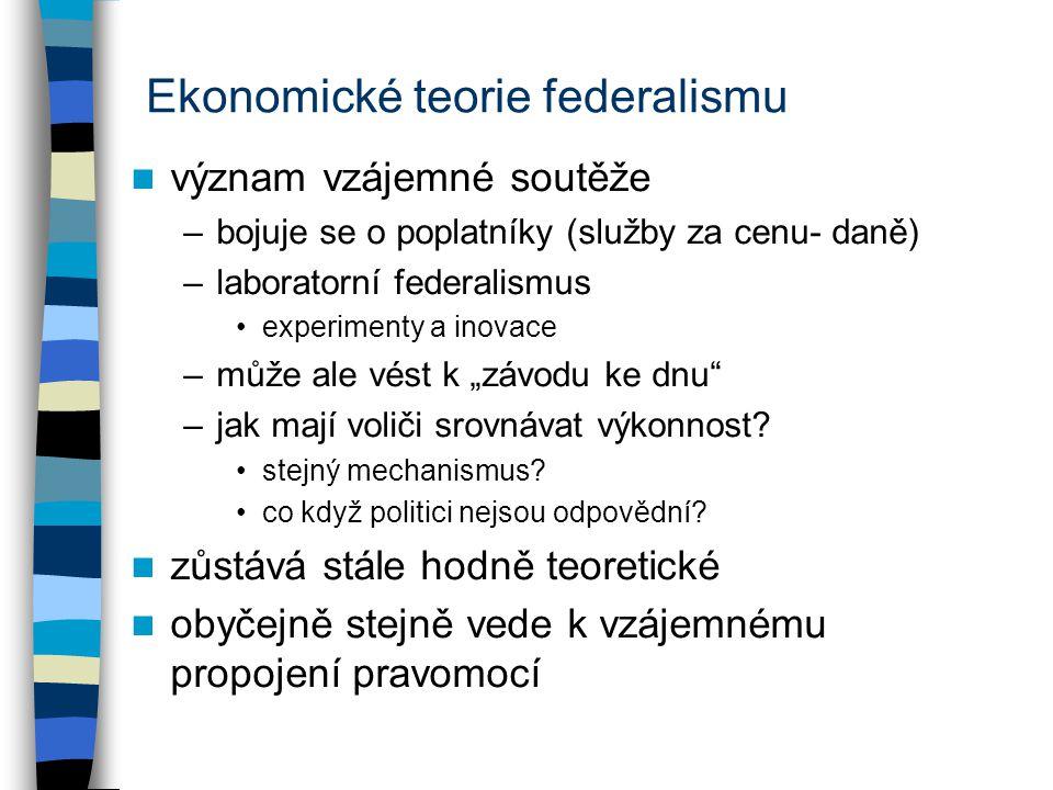 """Ekonomické teorie federalismu význam vzájemné soutěže –bojuje se o poplatníky (služby za cenu- daně) –laboratorní federalismus experimenty a inovace –může ale vést k """"závodu ke dnu –jak mají voliči srovnávat výkonnost."""