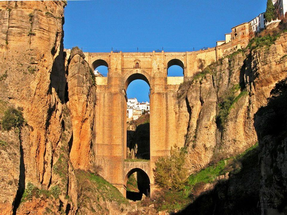 Nejznámější z mostů je kupodivu ten nejnovější – Puente Nuevo. Most ovšem není zas tak nový, byl postaven v druhé polovině 18. století, a je to skuteč