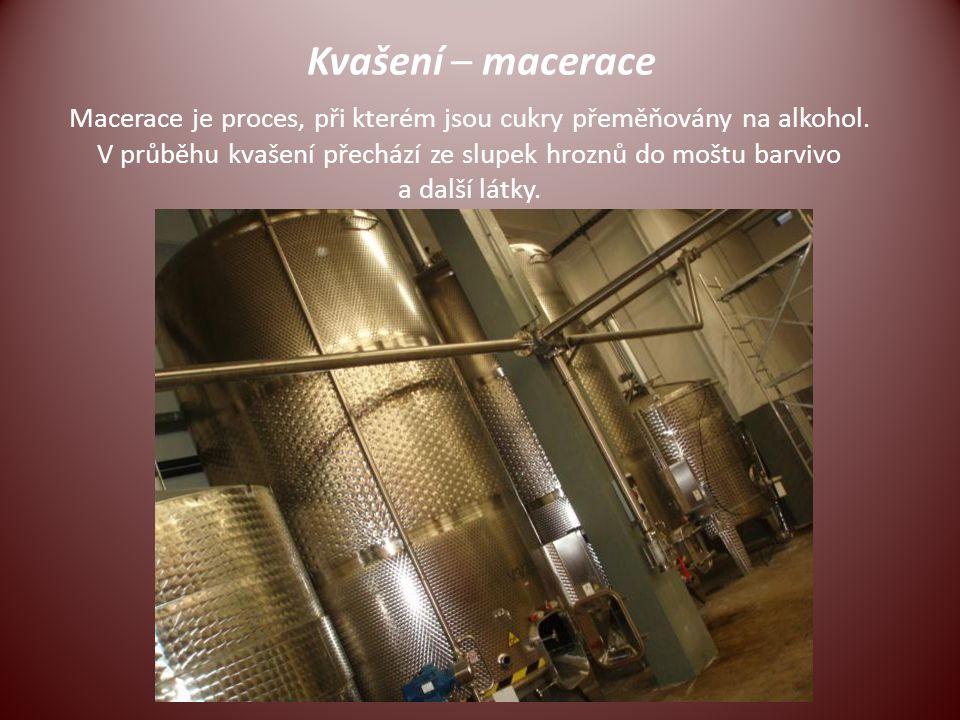 Kvašení – macerace Macerace je proces, při kterém jsou cukry přeměňovány na alkohol. V průběhu kvašení přechází ze slupek hroznů do moštu barvivo a da
