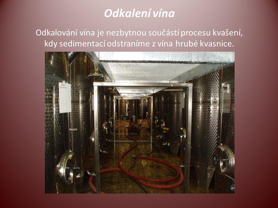 Odkalení vína Odkalování vína je nezbytnou součástí procesu kvašení, kdy sedimentací odstraníme z vína hrubé kvasnice.