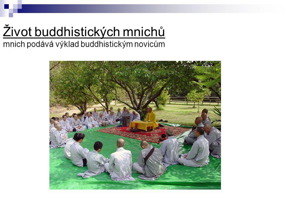 Život buddhistických mnichů mnich podává výklad buddhistickým novicům
