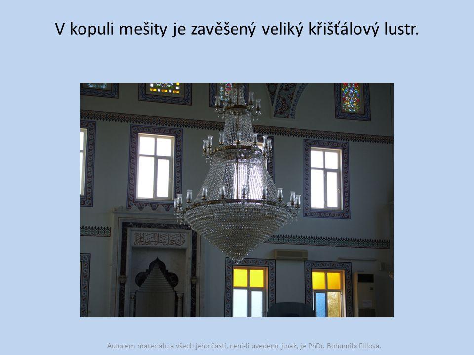 V kopuli mešity je zavěšený veliký křišťálový lustr.