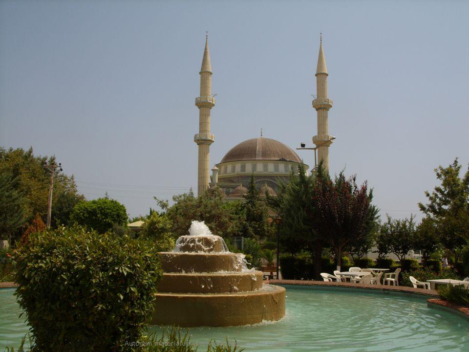 K mešitě patří sán (dvůr), který slouží k očistě.
