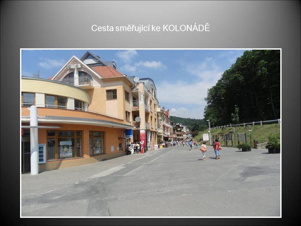 Vlevo budova Pošty a vstup po ulici směřující ke KOLONÁDĚ