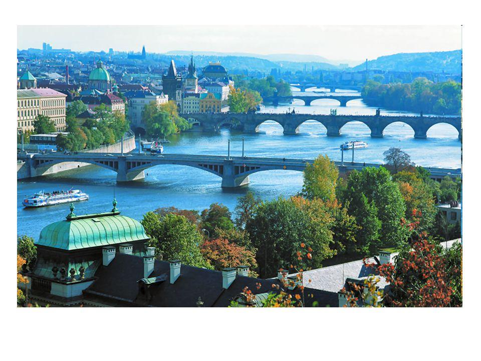 Karlův most spojuje Staré Město s Malou Stranou.