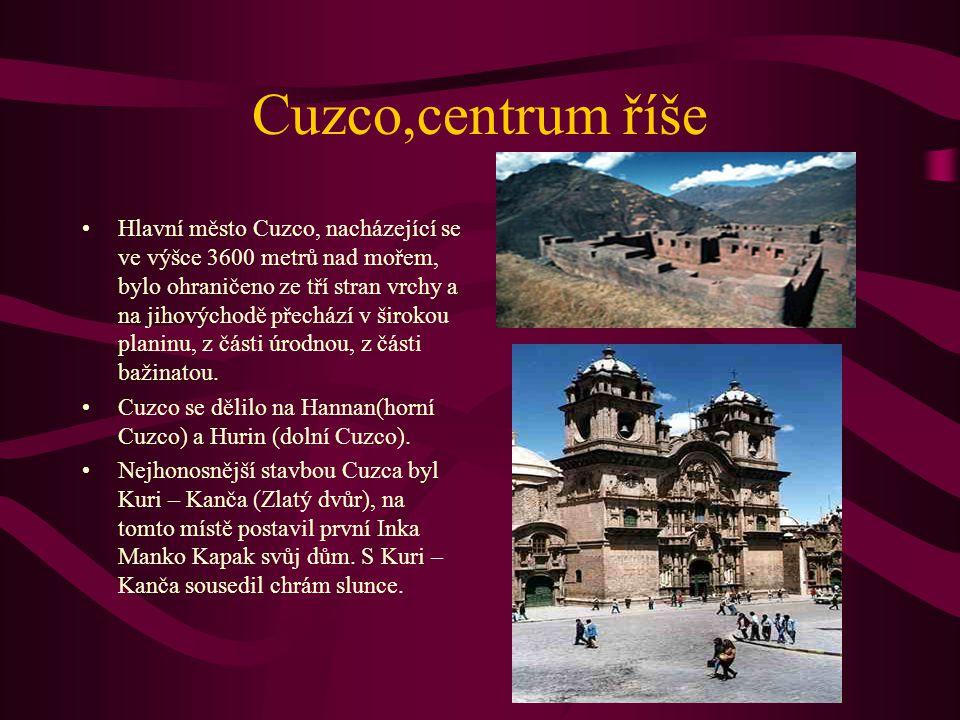 Cuzco,centrum říše Hlavní město Cuzco, nacházející se ve výšce 3600 metrů nad mořem, bylo ohraničeno ze tří stran vrchy a na jihovýchodě přechází v ši