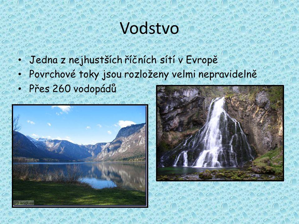 Vodstvo Jedna z nejhustších říčních sítí v Evropě Povrchové toky jsou rozloženy velmi nepravidelně Přes 260 vodopádů