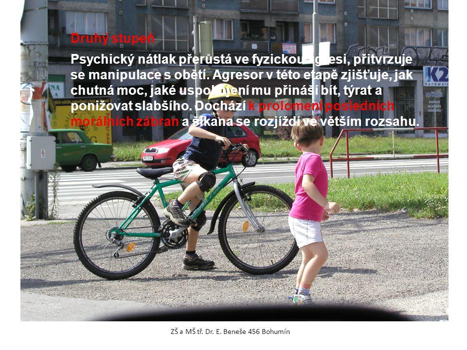 Druhý stupeň Psychický nátlak přerůstá ve fyzickou agresi, přitvrzuje se manipulace s obětí. Agresor v této etapě zjišťuje, jak chutná moc, jaké uspok
