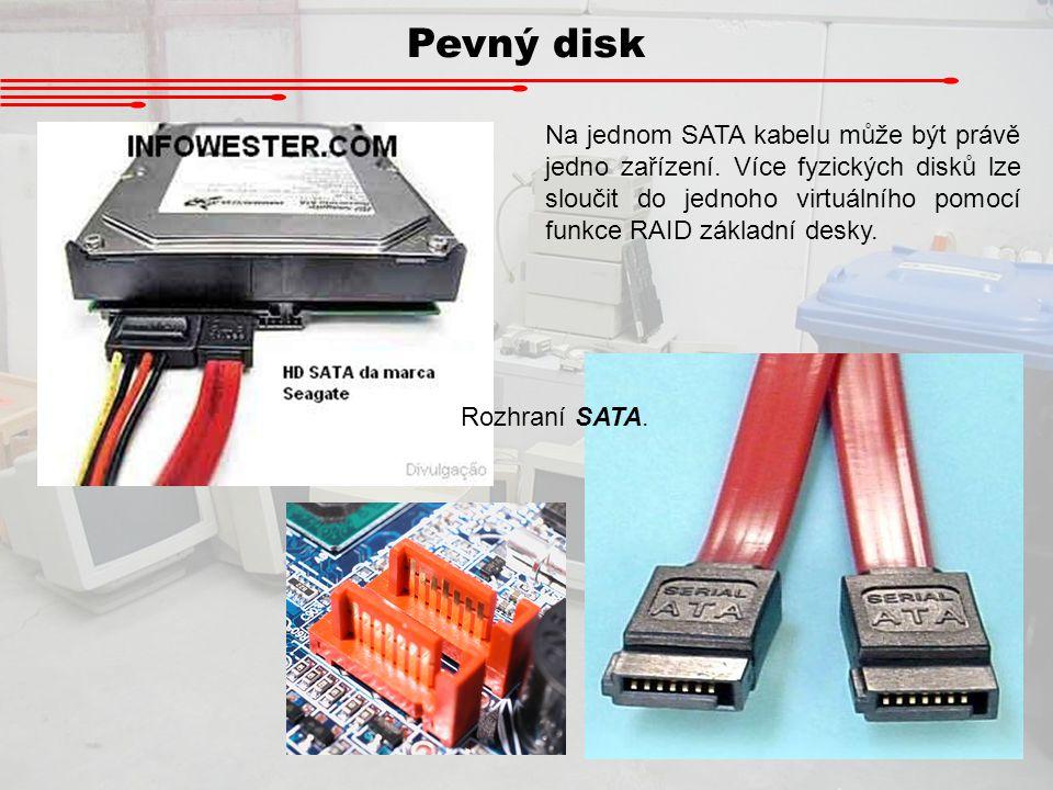 Pevný disk Rozhraní SATA. Na jednom SATA kabelu může být právě jedno zařízení. Více fyzických disků lze sloučit do jednoho virtuálního pomocí funkce R