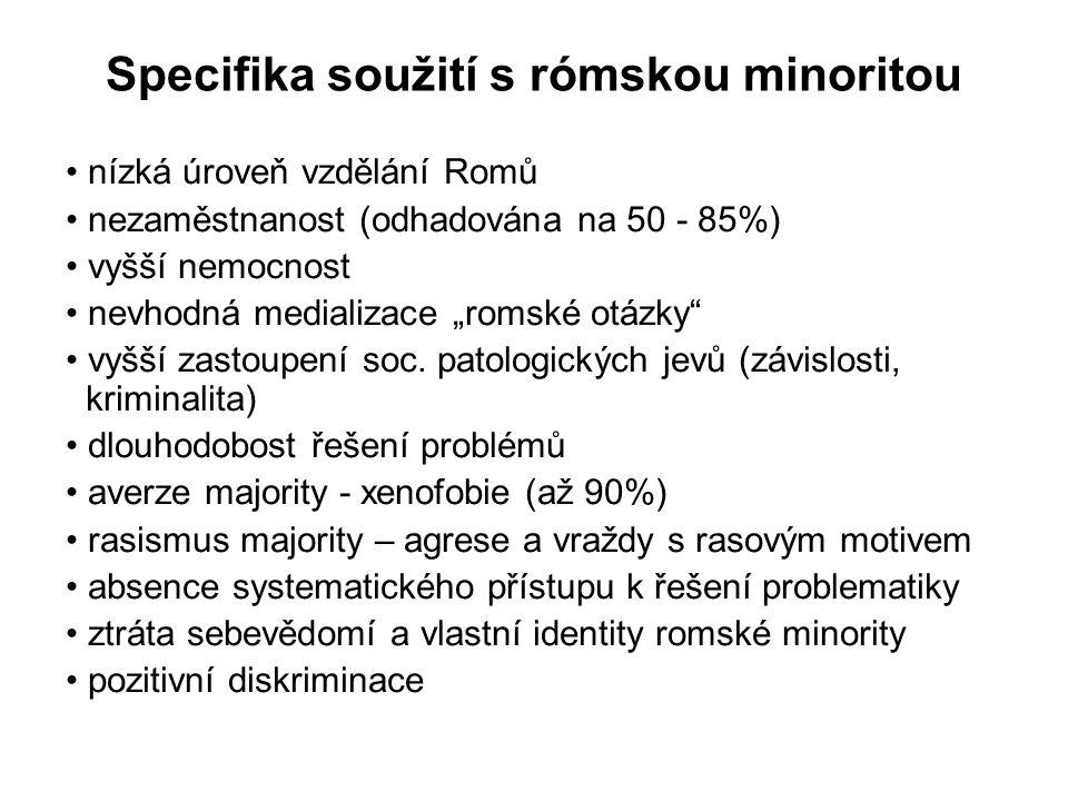"""Specifika soužití s rómskou minoritou nízká úroveň vzdělání Romů nezaměstnanost (odhadována na 50 - 85%) vyšší nemocnost nevhodná medializace """"romské"""