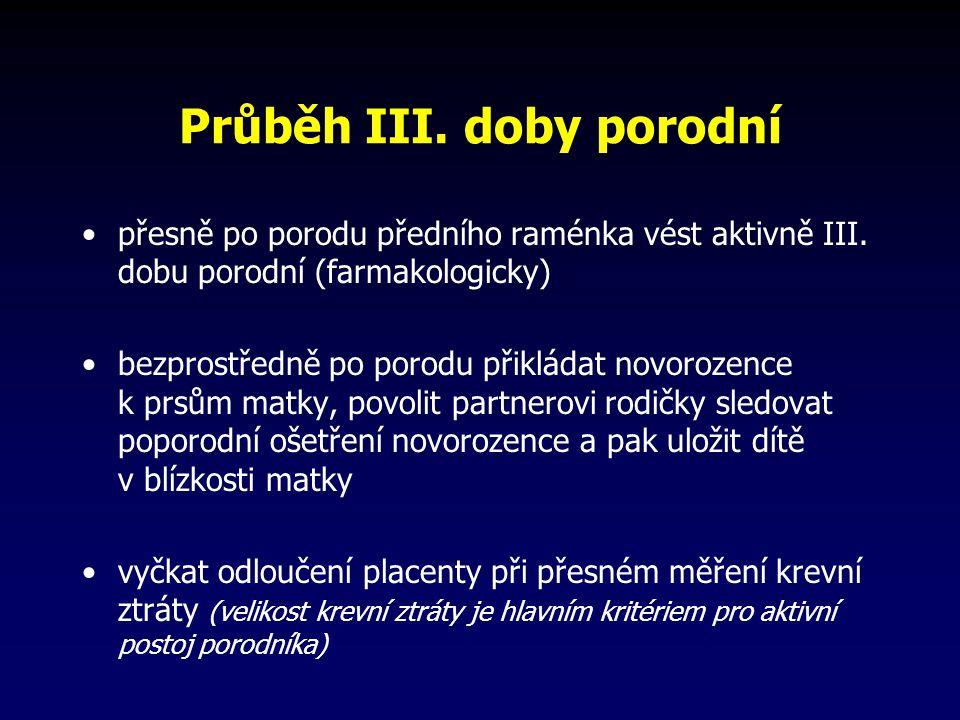 Průběh III.doby porodní přesně po porodu předního raménka vést aktivně III.