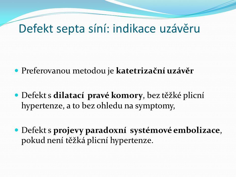 Defekt septa síní: indikace uzávěru Preferovanou metodou je katetrizační uzávěr Defekt s dilatací pravé komory, bez těžké plicní hypertenze, a to bez ohledu na symptomy, Defekt s projevy paradoxní systémové embolizace, pokud není těžká plicní hypertenze.
