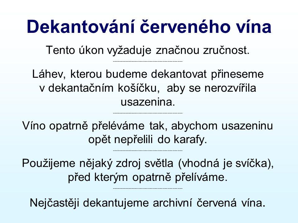 Dekantování červeného vína Tento úkon vyžaduje značnou zručnost.