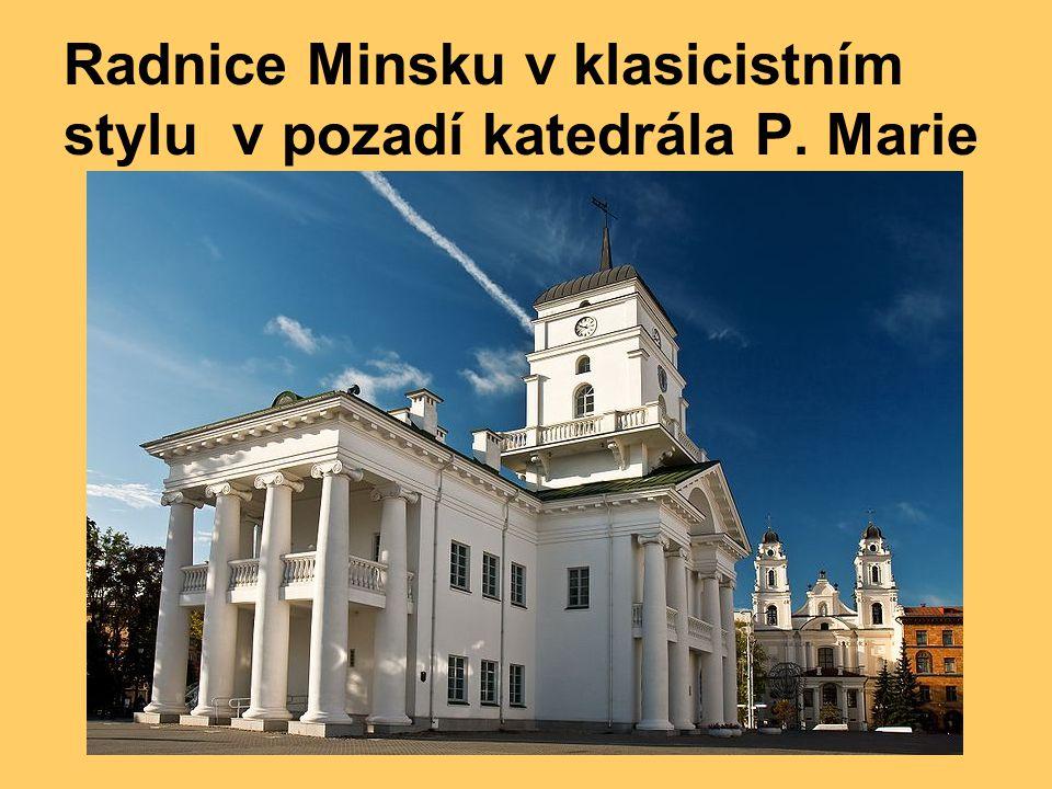 Radnice Minsku v klasicistním stylu v pozadí katedrála P. Marie
