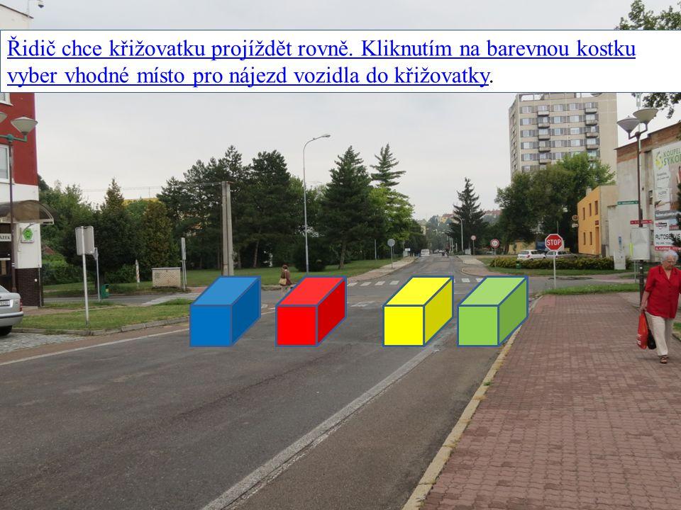 Řidič chce křižovatku projíždět rovně. Kliknutím na barevnou kostku vyber vhodné místo pro nájezd vozidla do křižovatky.