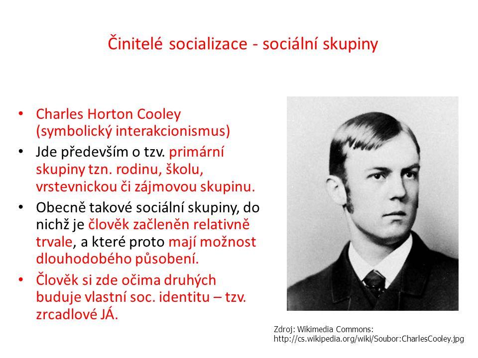 Činitelé socializace - sociální skupiny Charles Horton Cooley (symbolický interakcionismus) Jde především o tzv. primární skupiny tzn. rodinu, školu,