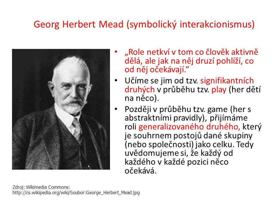 """Georg Herbert Mead (symbolický interakcionismus) """"Role netkví v tom co člověk aktivně dělá, ale jak na něj druzí pohlíží, co od něj očekávají. Učíme se jim od tzv."""