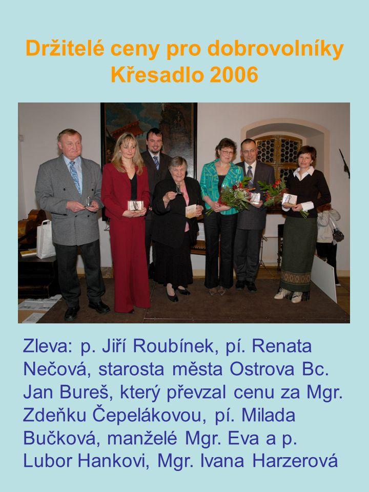 Držitelé ceny pro dobrovolníky Křesadlo 2006 Zleva: p. Jiří Roubínek, pí. Renata Nečová, starosta města Ostrova Bc. Jan Bureš, který převzal cenu za M