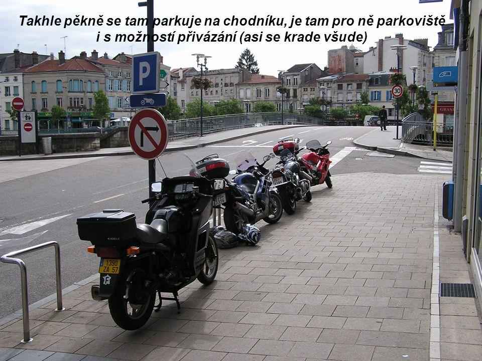 Takhle pěkně se tam parkuje na chodníku, je tam pro ně parkoviště i s možností přivázání (asi se krade všude)