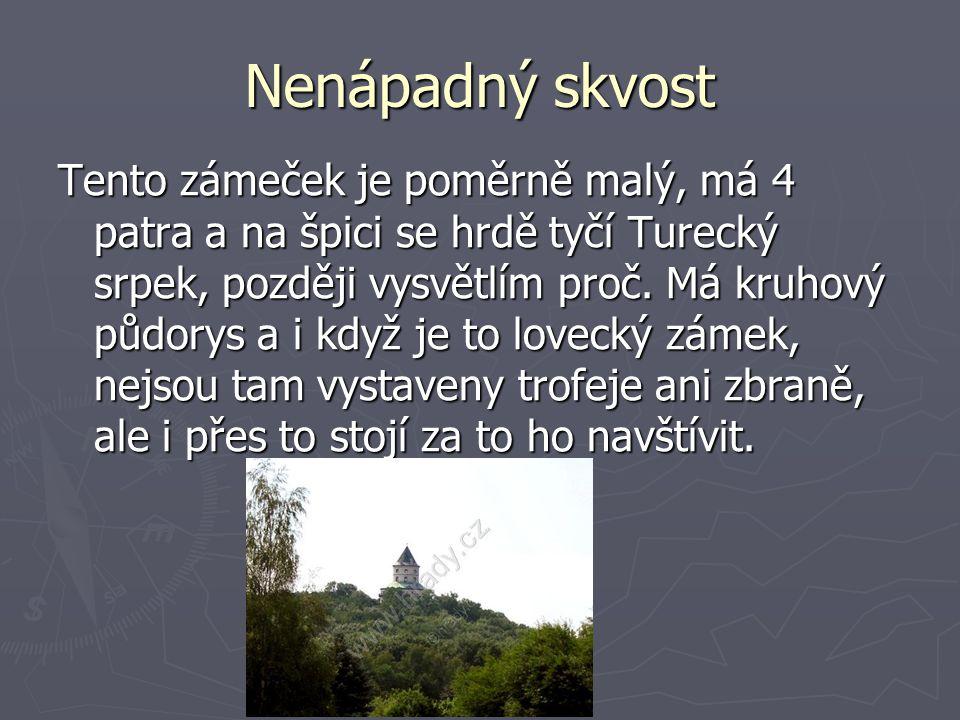 Nenápadný skvost Tento zámeček je poměrně malý, má 4 patra a na špici se hrdě tyčí Turecký srpek, později vysvětlím proč.