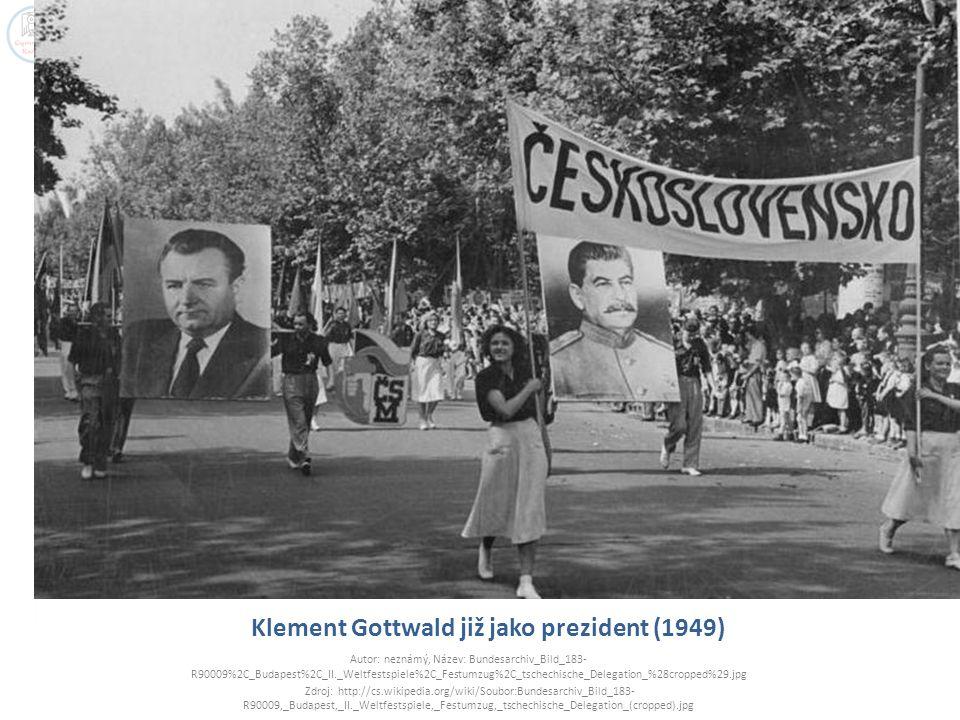 Klement Gottwald již jako prezident (1949) Autor: neznámý, Název: Bundesarchiv_Bild_183- R90009%2C_Budapest%2C_II._Weltfestspiele%2C_Festumzug%2C_tsch