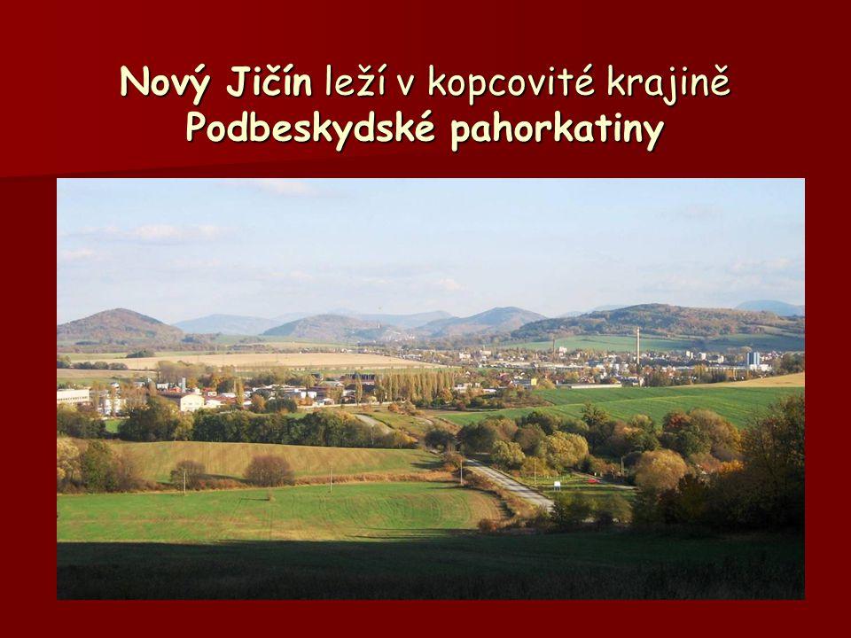Na sever vidíme spíše rovinatou krajinu Moravské brány s poli a pastvinami