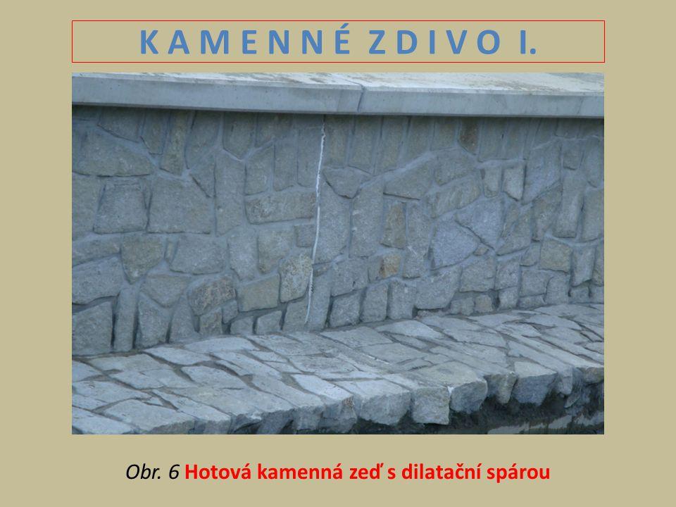 K A M E N N É Z D I V O I. Obr. 6 Hotová kamenná zeď s dilatační spárou