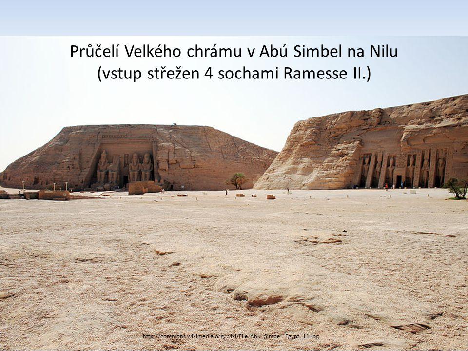 http://commons.wikimedia.org/wiki/File:Abu_Simbel_Egypt_11.jpg Průčelí Velkého chrámu v Abú Simbel na Nilu (vstup střežen 4 sochami Ramesse II.)