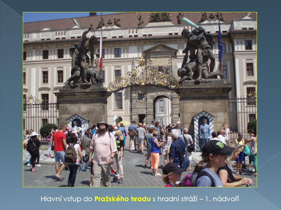 Hlavní vstup do Pražského hradu s hradní stráží – 1. nádvoří