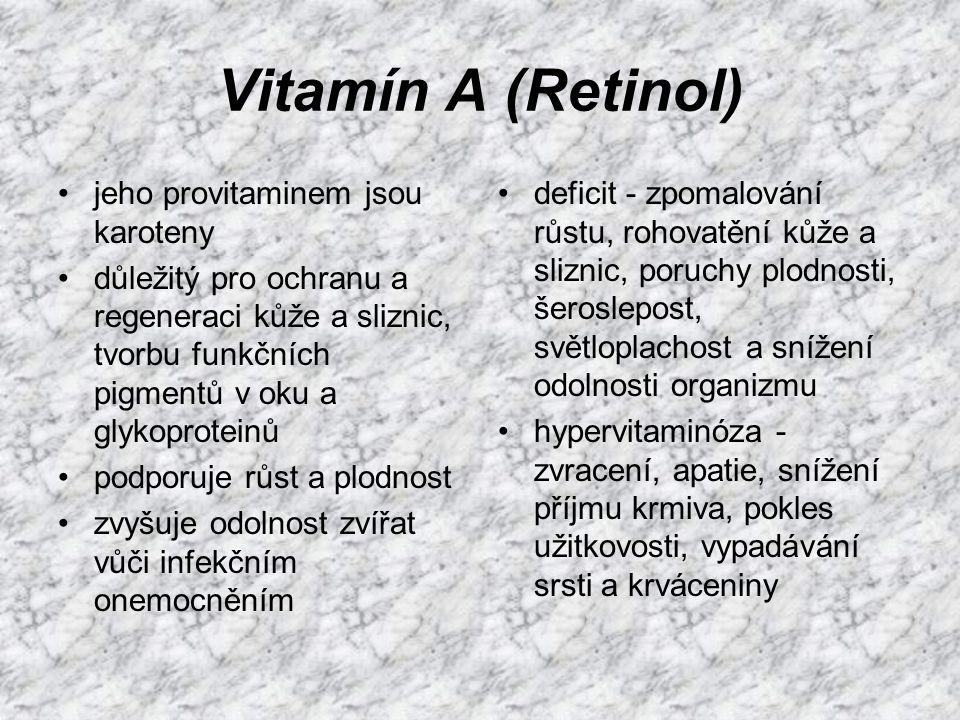 Vitamín D (Kalciferoly) významné vitamín D2 (ergokalciferol) a D3 (cholekalciferol) D3 vzniká v kůži působením UV záření ovlivňuje mineralizaci kostí, zvyšuje vstřebávání vápníku a fosforu v tenkém střevě a ovlivňuje jejich vylučování ledvinami nedostatek - snížení stravitelnosti vápníku a fosforu (vede až ke křivici a osteomalácii), poruchy růstu, defekty zubní skloviny, lomivost kostí a snížení pevnosti vaječné skořápky přebytek - hyperkalcémie, žíznivost, apatií, pokles příjmu krmiva, vápenatění měkkých tkání (ledvin, jater a pod.)