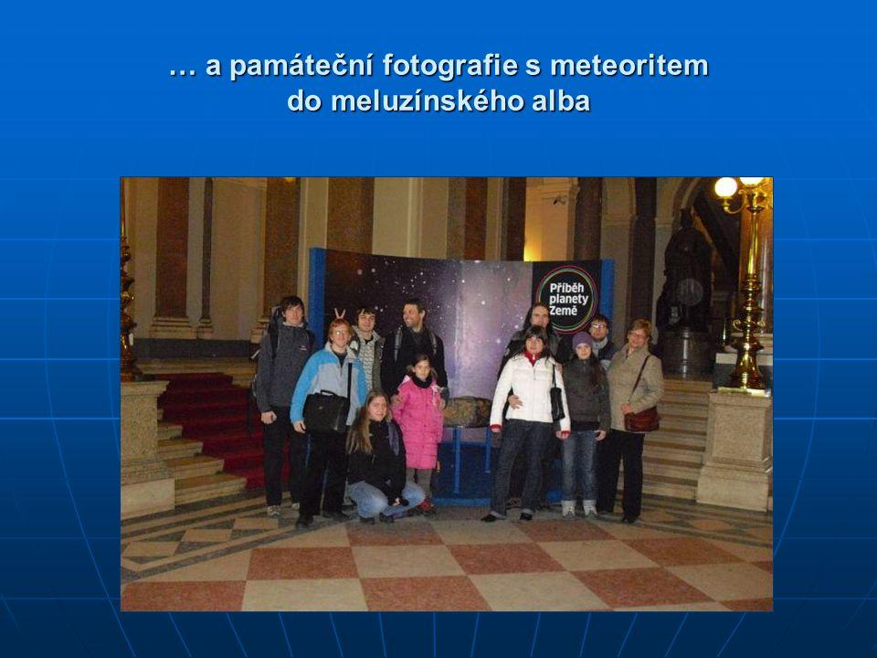 … a památeční fotografie s meteoritem do meluzínského alba