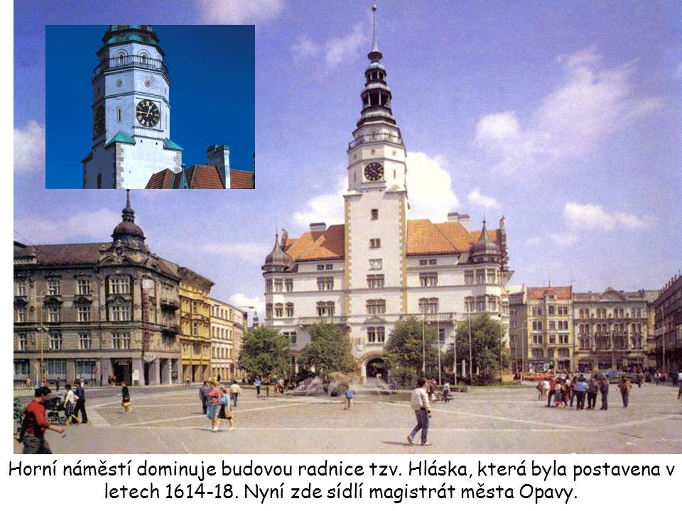 Horní náměstí dominuje budovou radnice tzv. Hláska, která byla postavena v letech 1614-18. Nyní zde sídlí magistrát města Opavy.