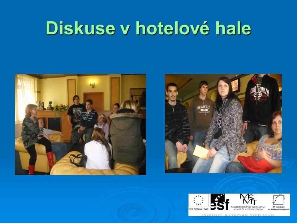 Diskuse v hotelové hale