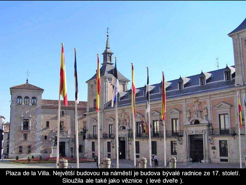 Španělské náměstí se sochou Cervantese (Don Qichot), v pozadí vlevo jsou budovy Věž Madridu (142 m) a Španělsko (117 m).