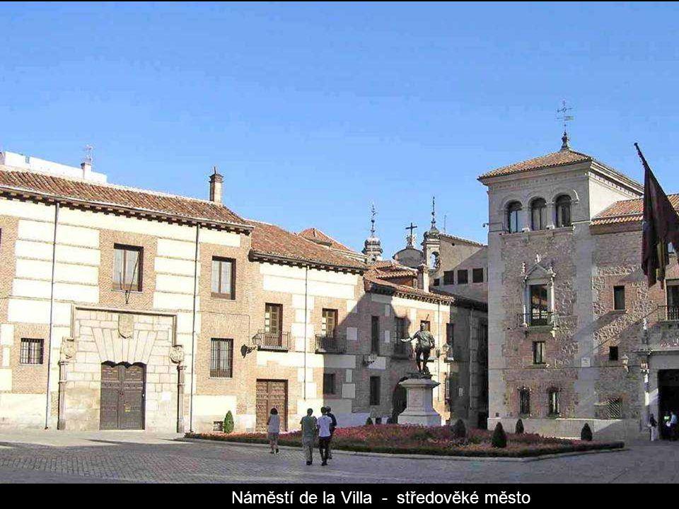 Plaza de la Villa.Největší budovou na náměstí je budova bývalé radnice ze 17.