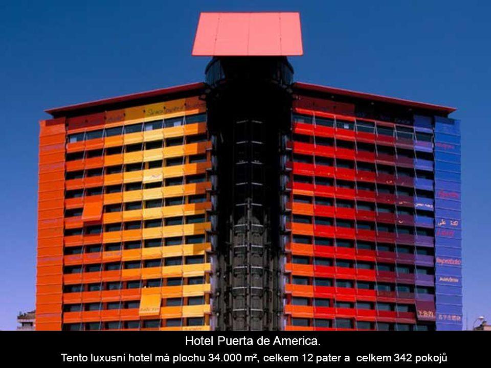 Torres Kio, Plaza Castilla.Dva 114 m vysoké domy skloněné k sobě pod úhlem 15°.