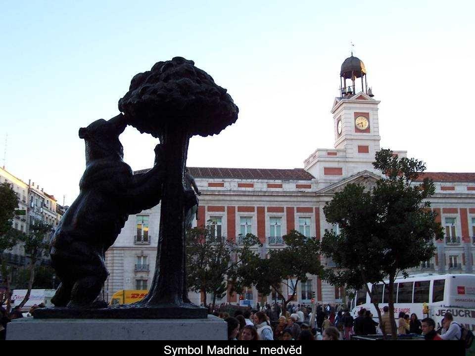 Náměstí Cibeles – socha v kašně představuje řeckou bohyni Kybélé ( matku bohů a dárkyni života ) na vozíku taženém dvěma lvy.