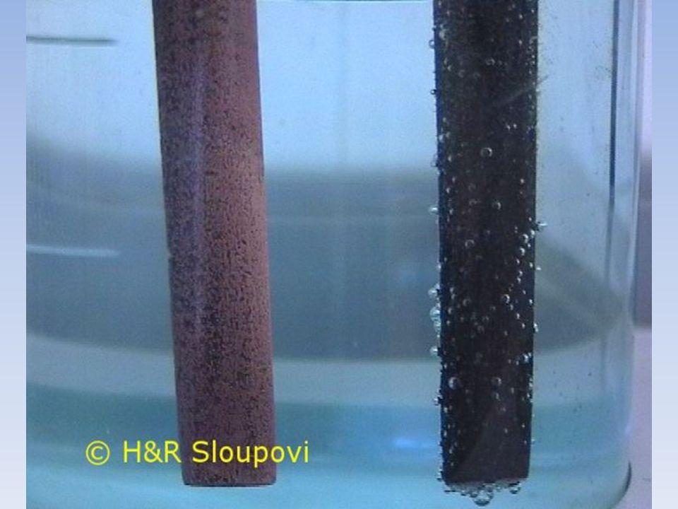 Příklad: elektrolýza vodného roztoku NaCl do roztoku chloridu sodného ponoříme dvě uhlíkové elektrody a připojíme k nim zdroj stejnosměrného ele.