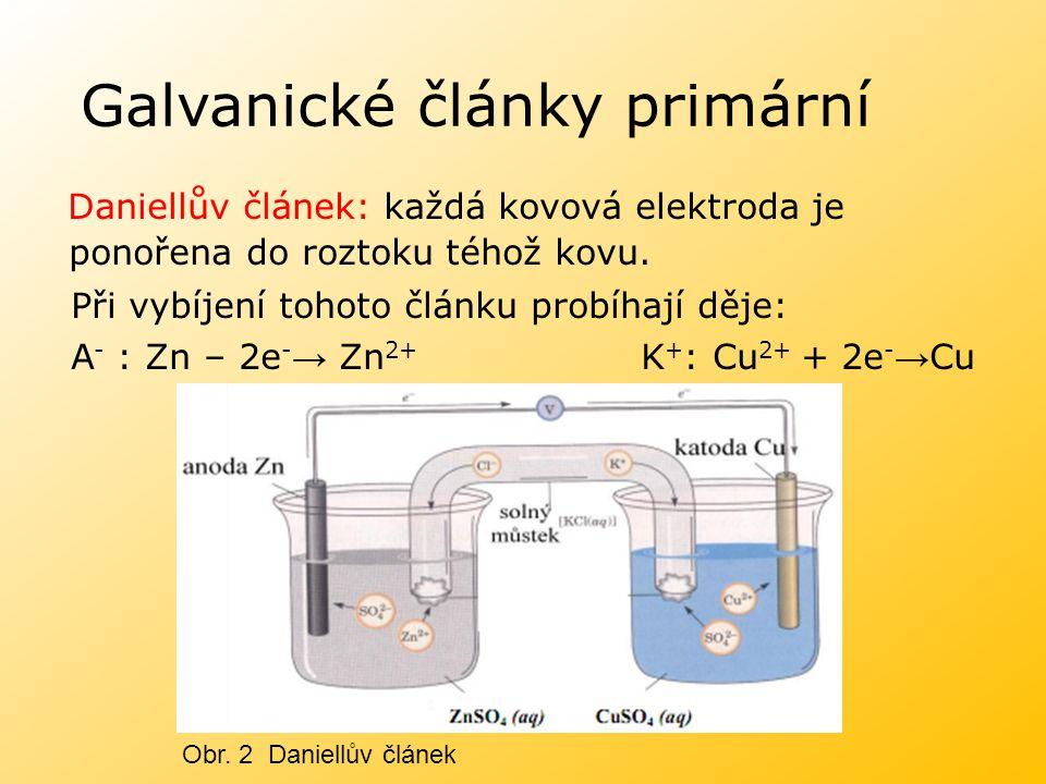 Galvanické články primární Daniellův článek: každá kovová elektroda je ponořena do roztoku téhož kovu. Při vybíjení tohoto článku probíhají děje: A -