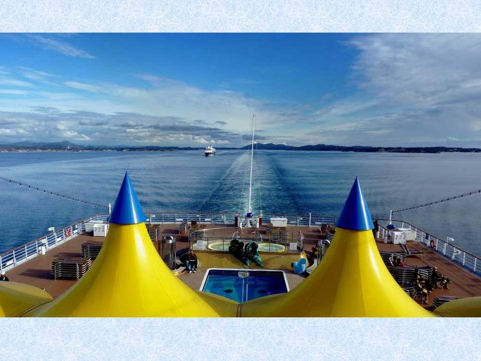 Na největším ostrově světa turistu ohromí doslova vše. Návštěvník zde může obdivovat nejproduktivnější ledovec severní polokoule, pozorovat velryby, n