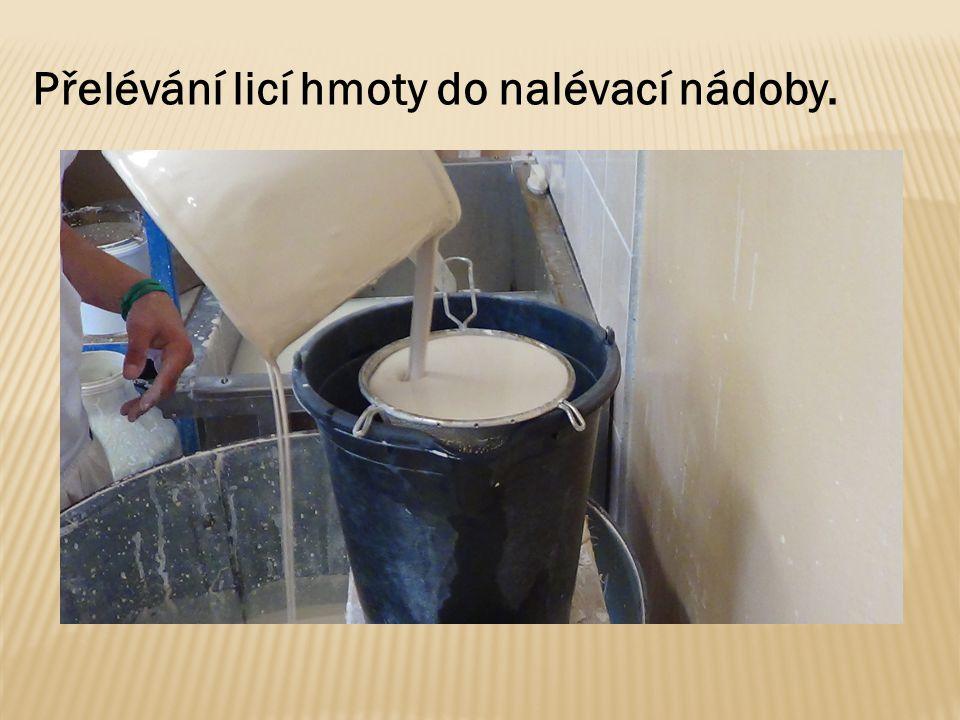 Přelévání licí hmoty do nalévací nádoby.
