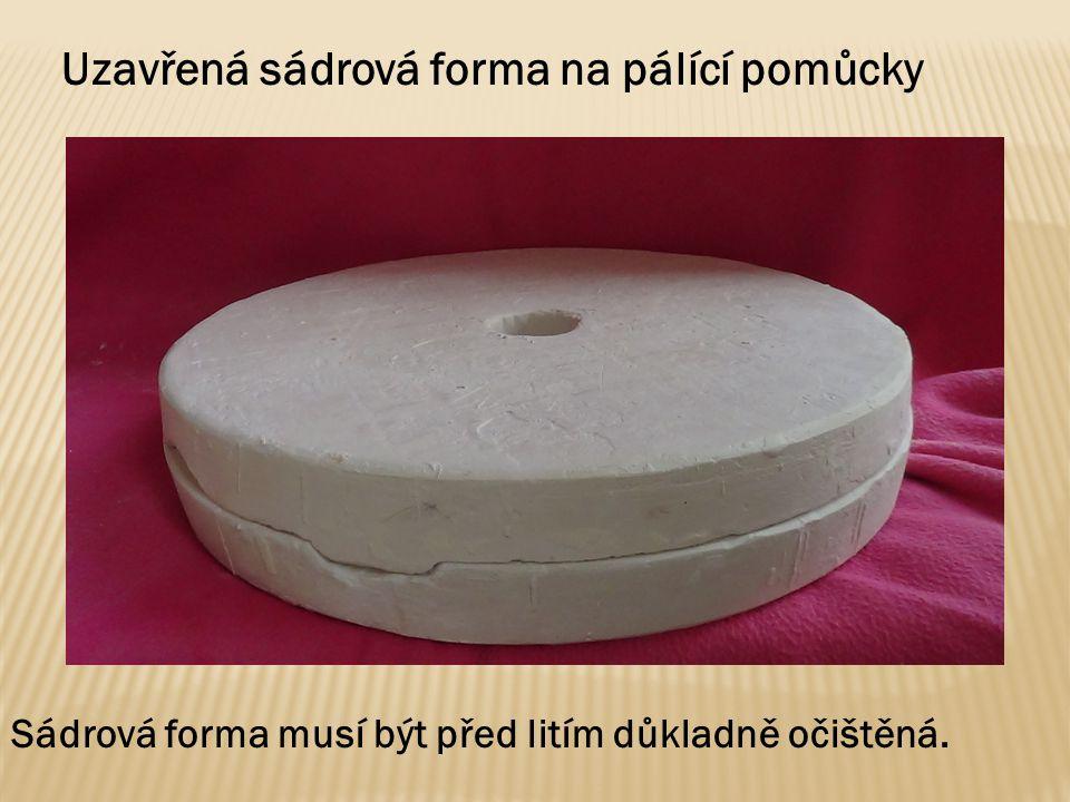 Uzavřená sádrová forma na pálící pomůcky Sádrová forma musí být před litím důkladně očištěná.