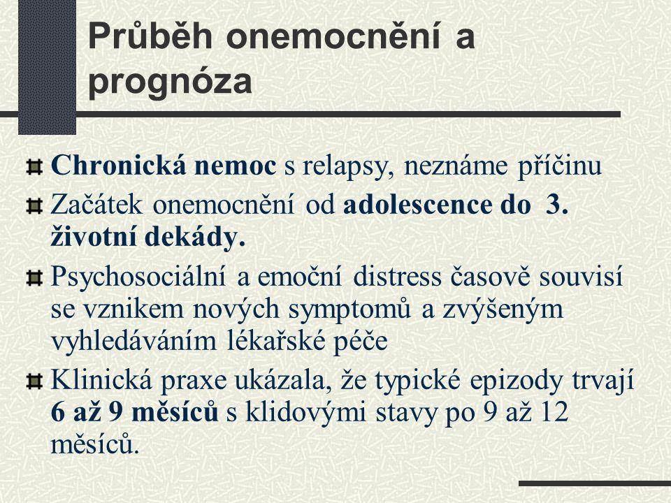Průběh onemocnění a prognóza Chronická nemoc s relapsy, neznáme příčinu Začátek onemocnění od adolescence do 3. životní dekády. Psychosociální a emočn