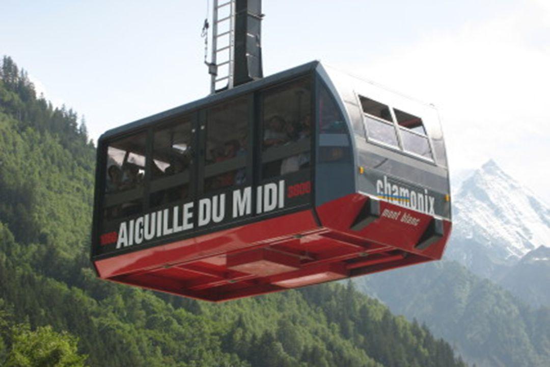 Z francouzského města Chamonix byla v roce 1955 postavena lanovka, která byla po dvě desetiletí nejvýše položenou lanovkou na světě. Stále ale kabinka